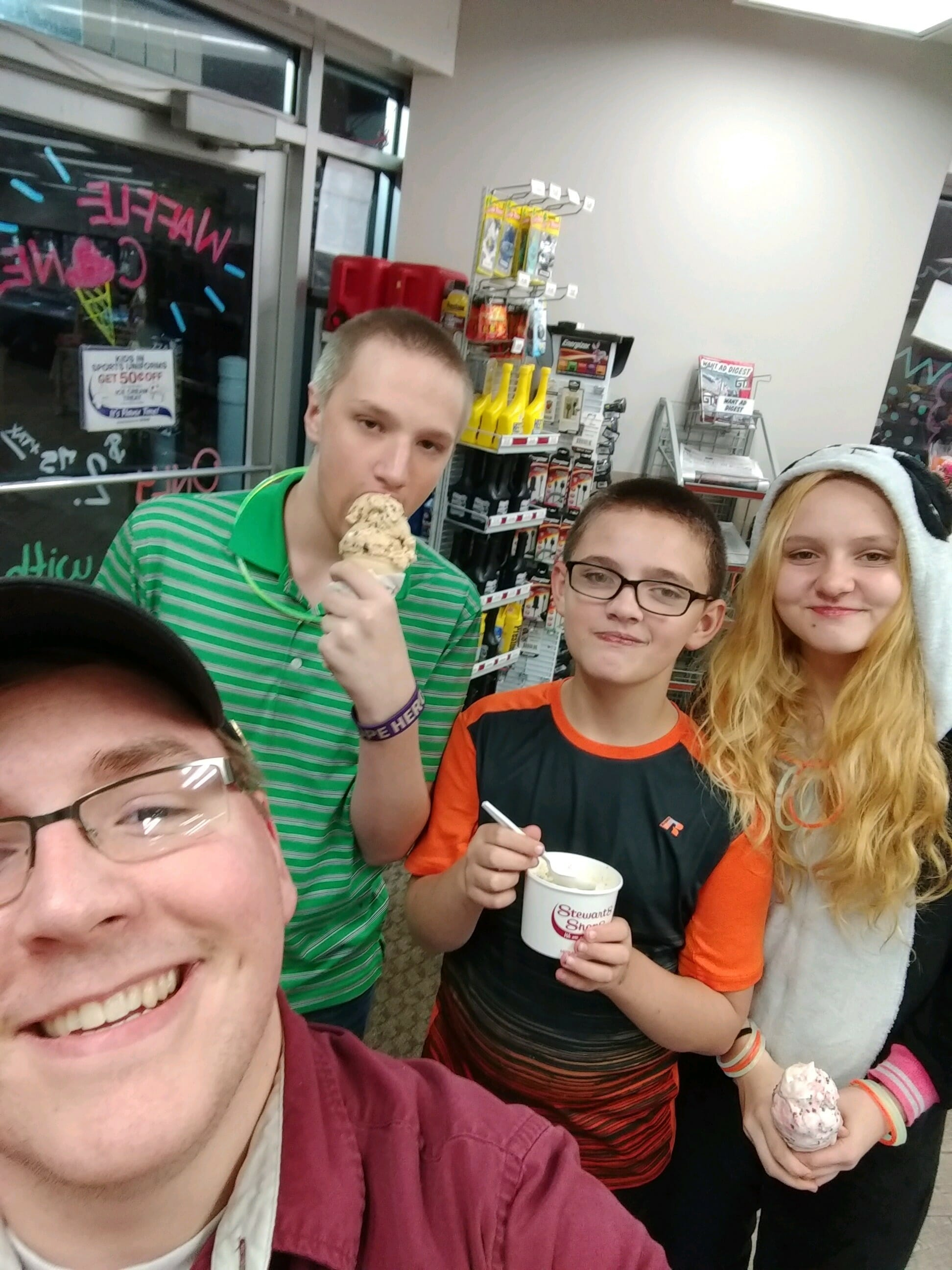 stewarts partner and fans eating ice cream